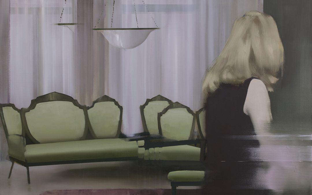 Pikkukaupungin kauneuskuningatar eristäytyi kotiinsa –taiteilija maalasi isoäitinsä tarinan, jossa tuttuus ja outous lomittuvat kuin unessa